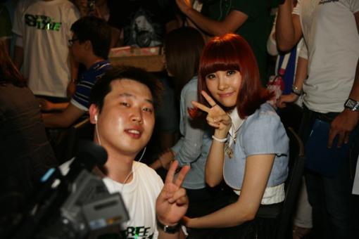 Sun Mi with PD-nim! Peace!